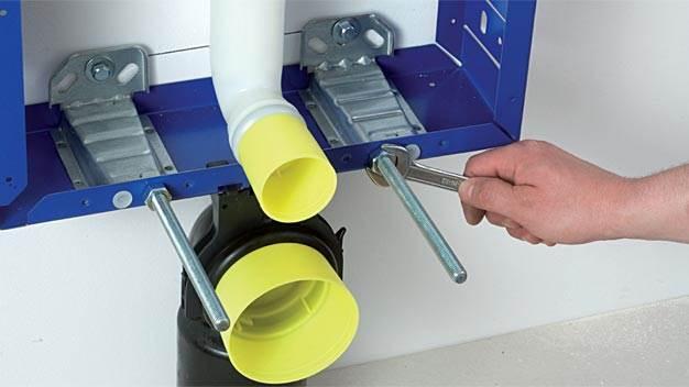 fot. 7 Wkręcenie szpilek mocujących WC