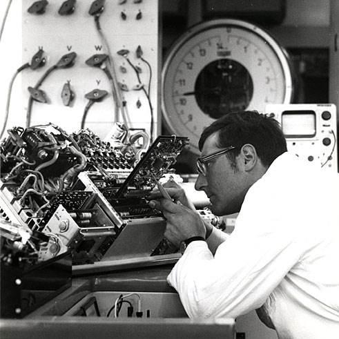 1970: Pracownik na stanowisku pomiarowym elektroniki sterującej do samochodu elektrycznego, w zakładzie w Schwieberdingen. Wiedza wystarczała już wówczas do zbudowania prototypowego pojazdu, brakowało jednak zasobnika energii o odpowiedniej pojemności.