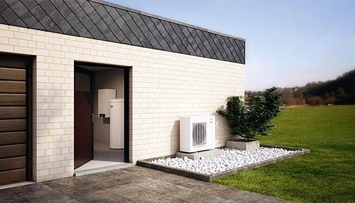 Fot. 1. Vitocal 200-S – Atrakcyjna cenowo pompa ciepła powietrze-woda typu Split o mocy cieplnej od 3,0 do 10,6 kW (powietrze 7 °C, woda 35 °C w nominalnym punkcie pracy). W efektywny sposób wykorzystuje otaczające nas ciepło z powietrza zewnętrznego. Jest przeznaczona przede wszystkim dla nowych budynków, ale także w odpowiedniej konfiguracji systemu dla budynków modernizowanych. Pompa ciepła Vitocal 200-S dostępna jest alternatywnie jako system grzewczy budynku lub też jako system grzewczo-chłodzący. Odporna na warunki meteorologiczne jednostka zewnętrzna pozwala na dużą swobodę zabudowy w sąsiedztwie budynku. Dzięki niewielkim gabarytom i masie, możliwe jest także jej instalowanie na ścianach zewnętrznych budynku, czy też na dachu płaskim.