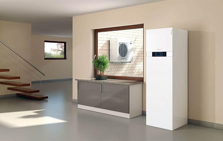 """Fot. 3. Vitocal 242-S - Atrakcyjna cenowo kompaktowa pompa ciepła powietrze/woda, szczególnie dla nowych budynków, ze zintegrowaną funkcją """"Solar"""" - dzięki wbudowanemu biwalentnemu podgrzewaczowi ciepłej wody użytkowej 220 litrów, możliwa jest bezpośrednia współpraca z kolektorami słonecznymi. Wbudowany podgrzewacz pojemnościowy cwu oraz osprzęt instalacji grzewczej zmniejsza koszty inwestycyjne i oszczędza miejsce zabudowy. Wydajność cieplna (4 warianty): 3,0 / 5,6 / 7,7 / 10,6 kW (punkt pracy A2/W35 °C).Współczynnik COP do 3,5 (A2/W35 °C) wg EN 14511."""