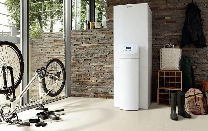Fot. 2. System geoTHERM exclusiv firmy Vaillant jest wyposażony w zasobnik ciepłej wody ze stali nierdzewnej o pojemności 175 litrów, dodatkową grzałkę elektryczną o mocy 2/4/6 kW oraz pogodowy regulator bilansujący energię z graficzną prezentacją ilości ciepła pozyskanego z otoczenia. W połączeniu z ogrzewaniem podłogowym system gwarantuje przyjemną temperaturę w domu, zarówno latem, jak i zimą.