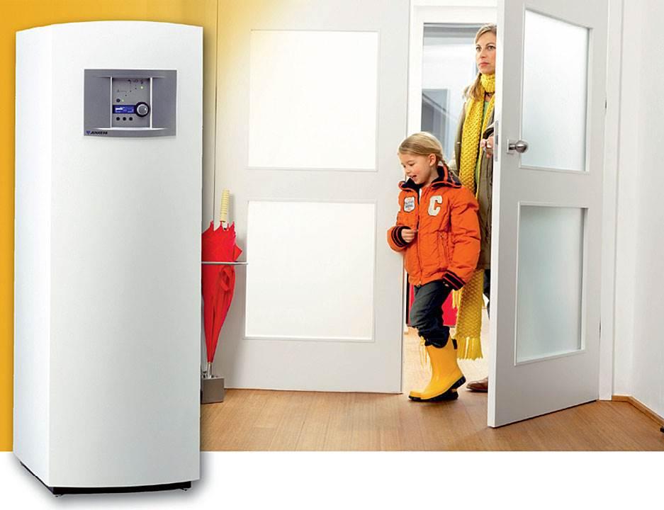 Fot. 7. EASY AIR SMALL 2 GT – to powietrzna pompa ciepła o mocy grzewczej 1,9 kW do ogrzewania wody użytkowej. Głównym z plusów nowej pompy ciepła jest możliwość zintegrowania jej z wymiennikiem istniejącej i pracującej instalacji. Ponadto EASY AIR SMALL charakteryzuje się niskim zużyciem energii oraz niewielkimi gabarytami, co umożliwia jej usytuowanie np. na zbiorniku wolnostojącym.