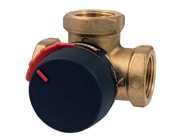 Fot. 2. ESBE Zawór mieszający VRG 131 – gwint wewnętrzny. Kompaktowe 3-drogowe, obrotowe zawory mieszające serii VRG130 dostępne są w rozmiarach DN15-50 z gwintem wewnętrznym lub zewnętrznym, z nakrętką obrotową w rozmiarze DN20 lub ze złączkami zaciskowymi dla rur o średnicy zewnętrznej 22 mm i 28 mm. Wykonane są ze specjalnego stopu mosiądzu DZR, PN10, dzięki czemu można je stosować w instalacjach grzewczych, chłodniczych i ciepłej wody użytkowej. Wyposażone są w pokrętła z materiału antypoślizgowego i ograniczniki pracy w zakresie 90°, które ułatwiają ręczną obsługę. Dzięki możliwości stosowania w połączeniu z siłownikami ESBE ARA600, zawory VRG130 można z łatwością zautomatyzować. Specjalne sprzęgło pomiędzy zaworem, a siłownikiem umożliwa wyjątkowo dokładną regulację.