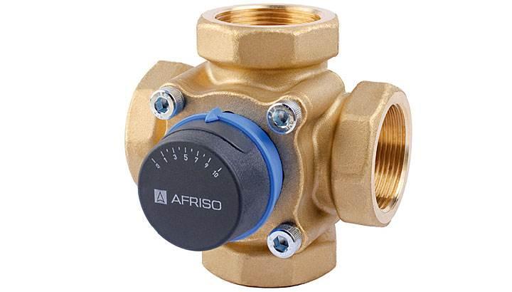 """Fot. 4. 4-drogowe zawory obrotowe ARV produkcji AFRISO, najczęściej znajdują zastosowanie w kotłach na paliwo stałe, a także jako zawory mieszające z jednoczesnym podniesieniem temperatury powrotu do kotła. Dzięki zróżnicowanemu zakresowi rozmiarów istnieje możliwość dopasowania odpowiedniego zaworu do swoich potrzeb. Pokrętło zaworu jest wykonane z antypoślizgowego materiału. Do każdego zaworu dostarczane są dwie pokrywki ze skalą: """"0 – 10"""" oraz """"10 – 0"""", co umożliwia pracę zaworu w różnych pozycjach montażowych. Zawory ARV wymagają użycia bardzo małego momentu do ich obracania."""