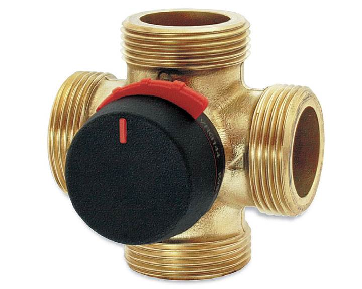 Fot. 5. ESBE Zawór mieszający VRG 142 – gwint zewnętrzny. Kompaktowe 4-drogowe, obrotowe zawory mieszające serii VRG140 dostępne są w rozmiarach DN15-50 z gwintem wewnętrznym lub zewnętrznym. Wykonane są ze specjalnego stopu mosiądzu DZR, PN10, dzięki czemu można je stosować w instalacjach grzewczych, chłodniczych i ciepłej wody użytkowej. Wyposażone są w pokrętła z materiału antypoślizgowego i ograniczniki pracy w zakresie 90°, które ułatwiają ręczną obsługę. Dzięki możliwości stosowania w połączeniu z siłownikami ESBE ARA600, zawory VRG140 można z łatwością zautomatyzować. Specjalne sprzęgło pomiędzy zaworem, a siłownikiem umożliwa wyjątkowo dokładną regulację. W przypadku konieczności zastosowania bardziej zaawansowanych funkcji sterowania, zaleca się sterowniki ESBE seria 90C.