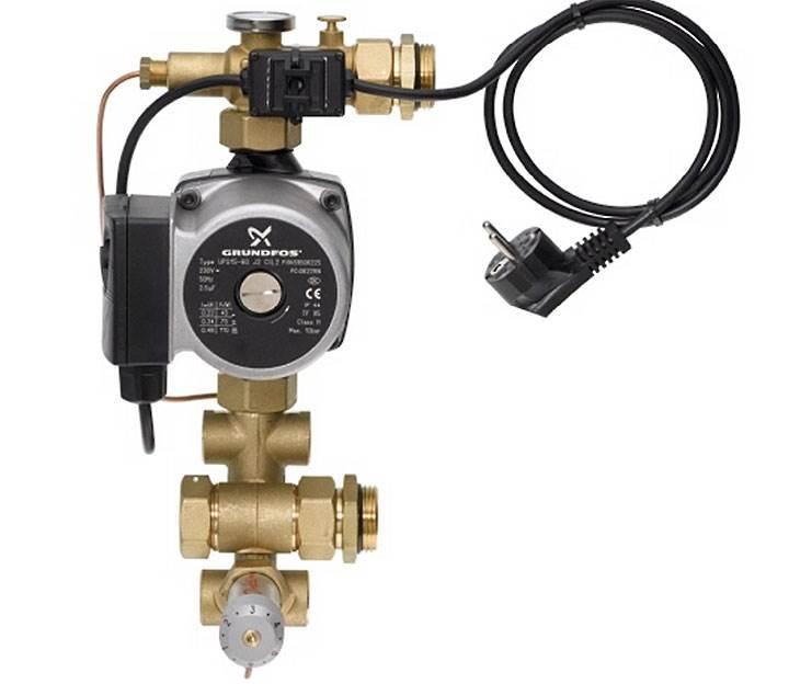 Fot. 2. Grupa pompowo-mieszająca. Zamontowana pompa obiegowa zapewnia prawidłowy przepływ wody w obwodzie.