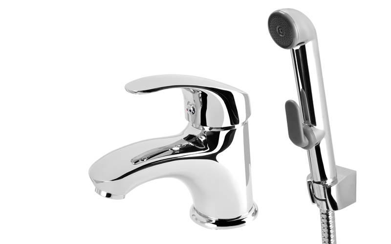 baterie z wezem i sluchawka2 - Baterie umywalkowe z wężem i słuchawką – praktyczne rozwiązanie w każdej łazience