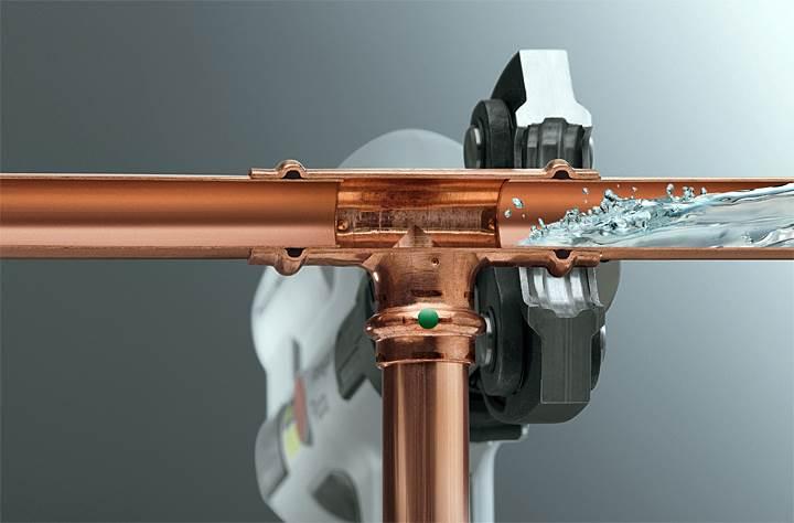 Fot. 3. Zalety techniki zaprasowywania są widoczne między innymi przy układaniu przewodów i naprawie istniejących instalacji. W zależności od średnicy rur, przy zastosowaniu tej techniki oszczędzamy do 40% czasu w porównaniu z lutowaniem. Wpływ na to mają dwa czynniki: po pierwsze – sam montaż złączek jest dużo szybszy, po drugie – instalator nie musi wykonywać czynności dodatkowych, takich jak usuwanie zadziorów czy kalibracja.