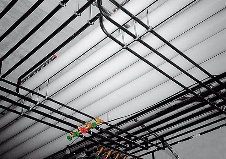 Fot. 5. Wyjątkowa budowa rur Geberit Mepla, a zwłaszcza ich mocna warstwa aluminiowa ogranicza wydłużenia termiczne podczas wahań temperatury. W związku z tym instalacja wymaga zdecydowanie mniejszej ilości punktów stałych, niż instalacje wykonane w innych systemach z tworzyw sztucznych.