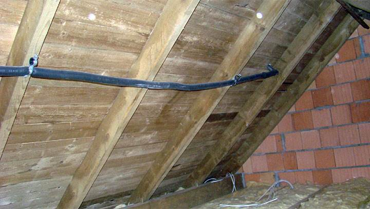 Fot. 8. Wąż giętki stalowy w otulinie