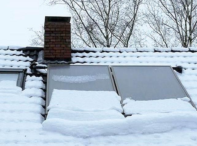 Fot. 3. Śnieg zsuwający się po kolektorach