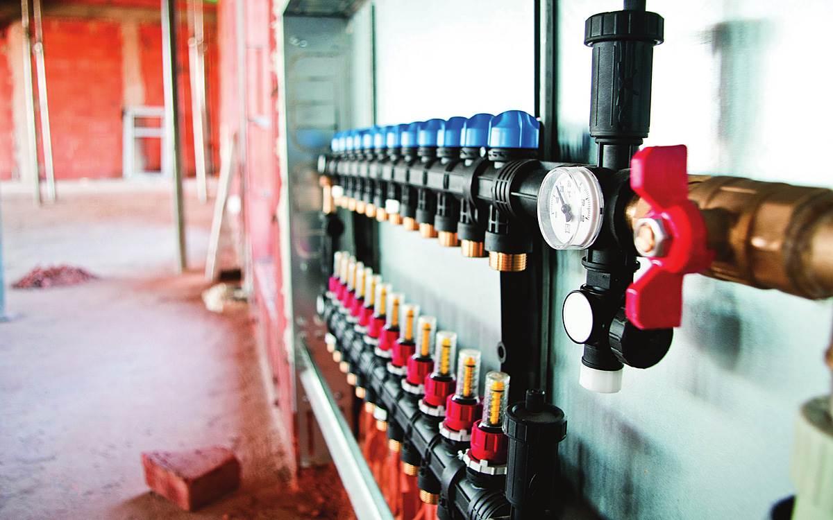 FOT. 1. Przy wyborze miejsca montażu rozdzielacza należy zwrócić uwagę na fakt, że systemy regulacji zbudowane w oparciu o termostaty pokojowe i siłowniki termoelektryczne, wymagają zasilania sieciowego 230 V AC.