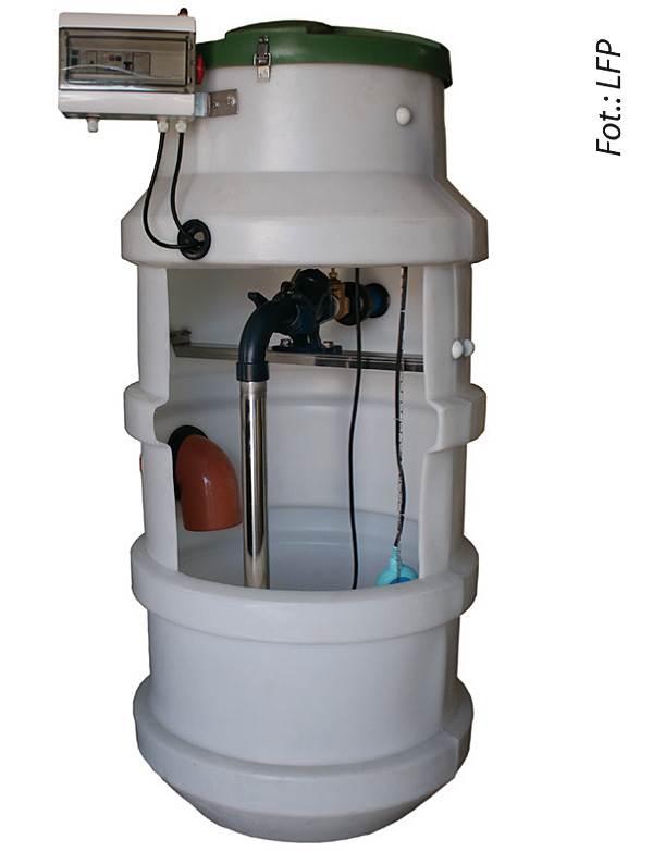 FOT. 5. Kompletne urządzenie DPS może składać się ze zbiornika przepompowni, pompy zatapialnej, armatury wewnętrznej (pion tłoczny DN50, belka wzmacniająca, zasuwa, zawiesie sprzęgające z zaworem zwrotnym) oraz z szafy zasilającej.