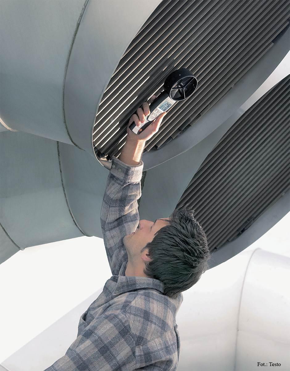 FOT. 1. Anemometr wiatraczkowy Testo 417 to urządzenie ze zintegrowaną sondą przepływu z pomiarem temperatury, wraz z baterią i protokołem kalibracyjnym.