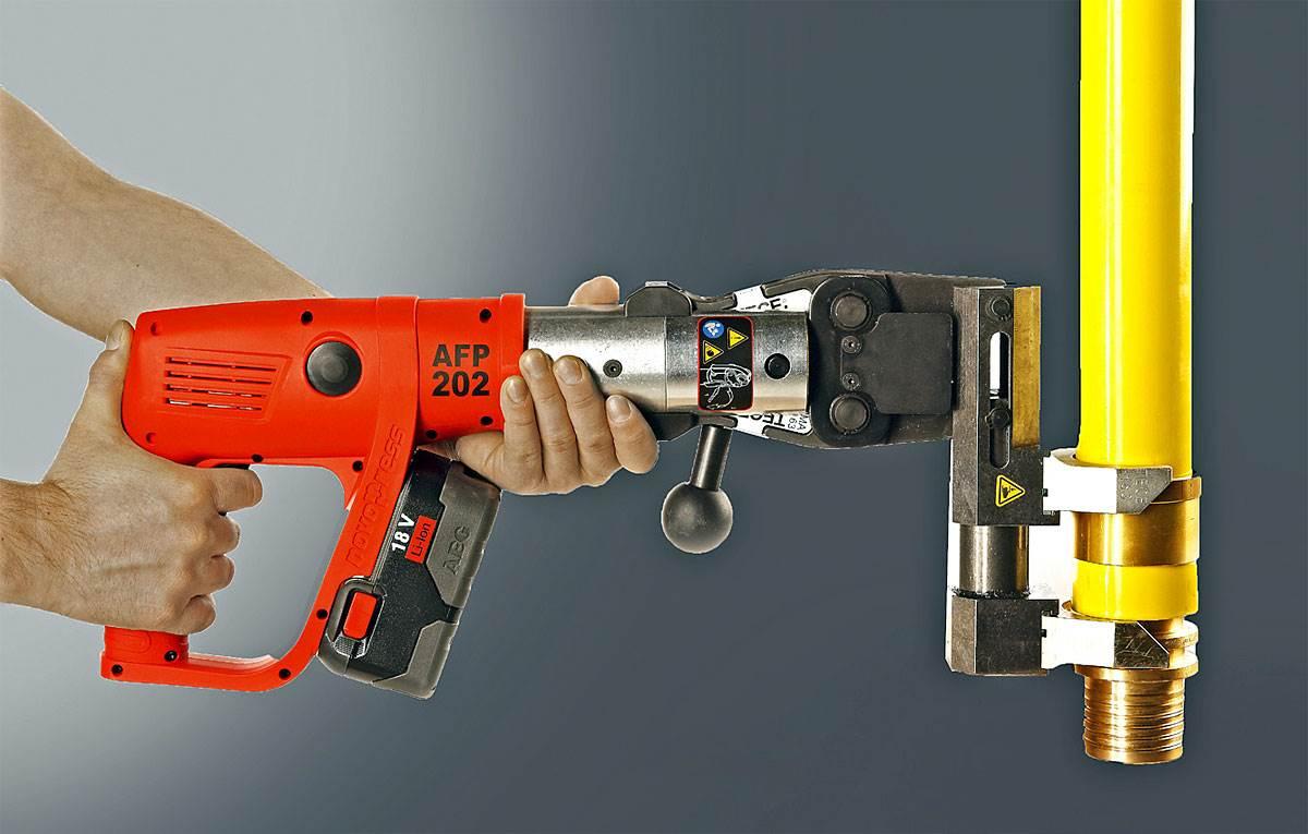 Fot. 2. Przy małych średnicach rur można używać zaciskarek ręcznych, jednak warto sięgnąć po elektryczne, które gwarantują nam wykonanie trwałego połączenia. Fot. TECE