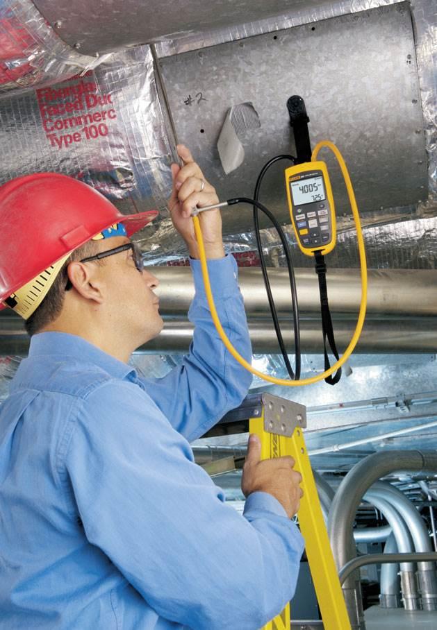 Fot. 2. Pomiar ciśnienia przeprowadzany jest w kanałach wentylacji mechanicznej. Fot. Fluke