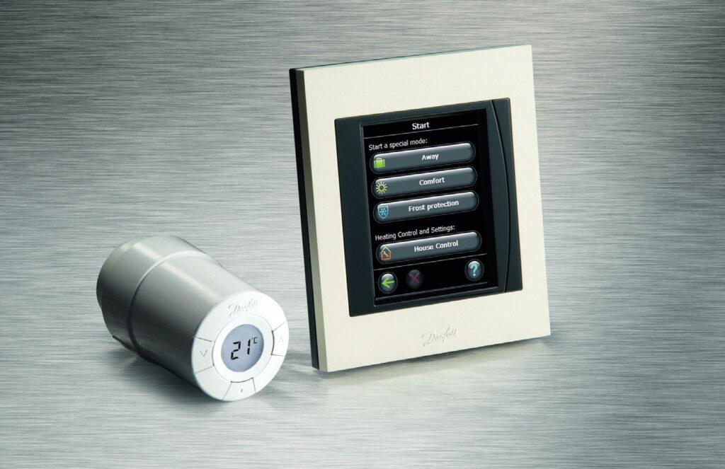 Fot. 3. Termostat Danfoss Link™ Connect jest elektronicznym termostatem grzejnikowym, który stosowany jest razem z panelem centralnym Danfoss Link™ CC i zapewnia błogie ciepło przy zachowaniu najwyższej efektywności energetycznej. Może on zostać szybko i łatwo zainstalowany oraz połączony bezprzewodowo z regulatorem nadrzędnym. Dzięki wbudowanemu wyświetlaczowi termostat może być obsługiwany intuicyjnie, umożliwiając dokładne wprowadzanie ustawień. Fot. DANFOSS