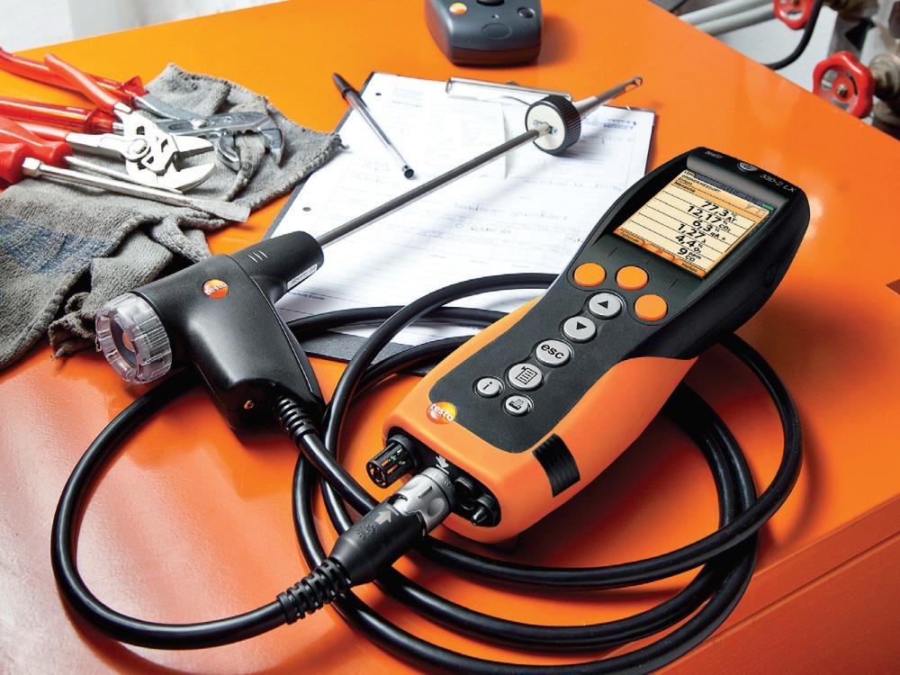 Rys. 1. Analizatory spalin są niezbędne podczas pracy z nowoczesnymi kotłami. Przyrządy tego typu umożliwiają jakościowe i ilościowe analizowanie produktów spalania zwłaszcza pod kątem sprawności źródła ciepła.