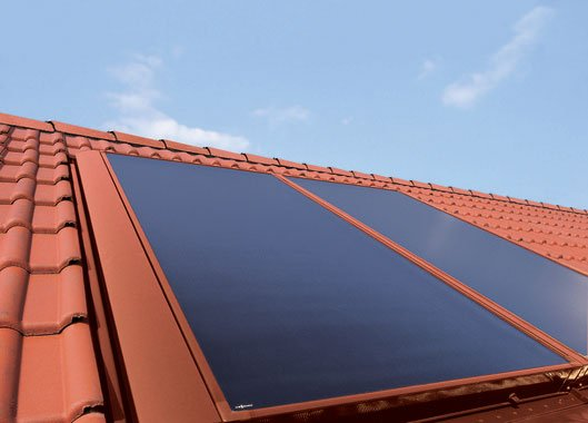 Fot. 4. Kolektory można dopasować kolorystycznie do barwy użytej na dachu. Fot. VIESSMANN