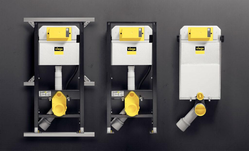 """System Prevista, stworzony we współpracy z instalatorami, charakteryzuje się mniejszą liczbą elementów, które można wykorzystać we wszystkich typowych sytuacjach montażowych. Na zdjęciu od lewej: stelaż do WC """"Prevista Dry"""" z szyną montażową """"Dry Plus"""" do elastycznej aranżacji łazienki, stelaż regulowany w pionie do montażu przy ścianie lub w profilach oraz blok """"Prevista Pure"""" do zabudowy mokrej. (Zdjęcie: Viega)"""