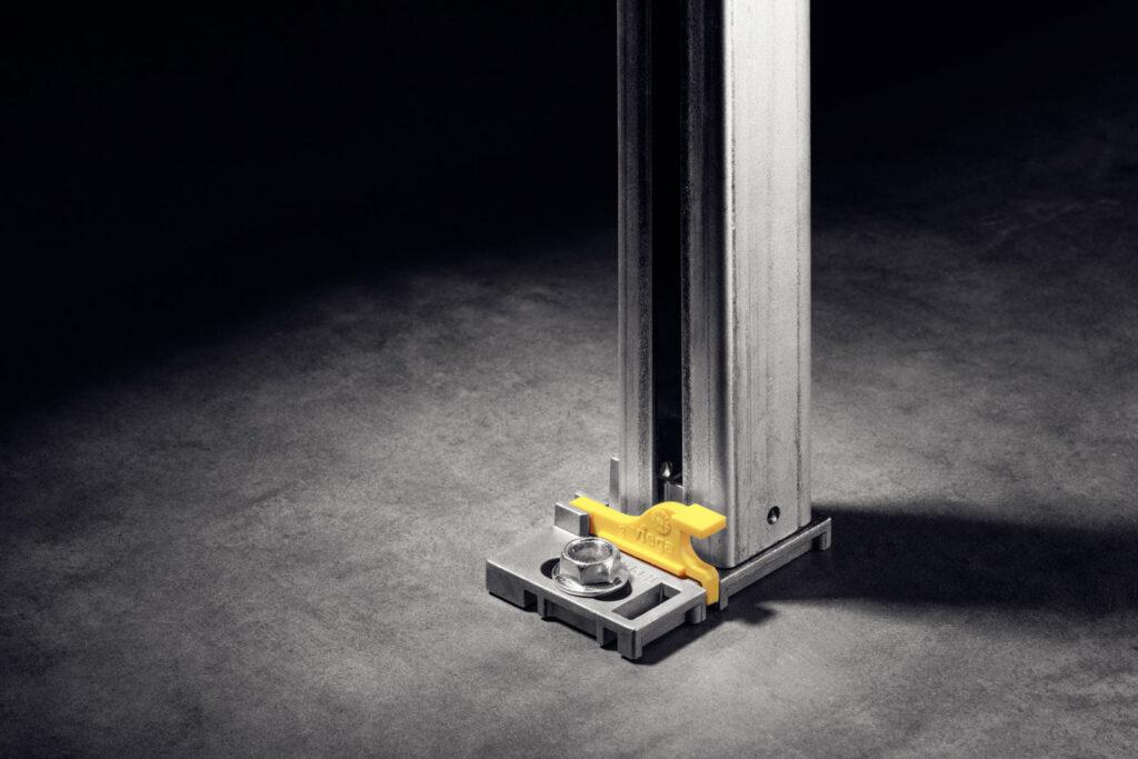 """Kluczowym wymaganiem stawianym przed twórcami systemu Prevista był możliwie jak najłatwiejszy montaż stelaży. Na zdjęciu praktyczna nóżka, którą przykręca się bezpośrednio do podłogi lub mocuje zatrzaskowo na szynie montażowej """"Dry plus"""". (Zdjęcie: Viega)"""