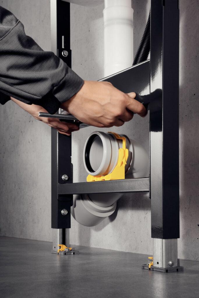 """Kolejny przykład praktycznego wykorzystania doświadczeń instalatorów: stelaż """"Prevista Dry"""" posiada w standardzie możliwość regulacji wysokości w zakresie 6 cm. Dzięki temu, już po zamontowaniu można dopasować wysokość położenia miski do indywidualnych preferencji. (Zdjęcie: Viega)"""