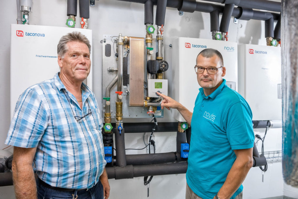 Zdjęcie 5 | Taconova Group AG/ Urs Homberger Martin Stapfer, Manager Obsługi Klienta w Taconova Group AG (z lewej) i Rolf Wende, dyrektor zarządzający firmy Novis Energy AG sprawdzają poczwórną kaskadę, która zaopatruje w ciepłą wodę główny budynek hotelu.