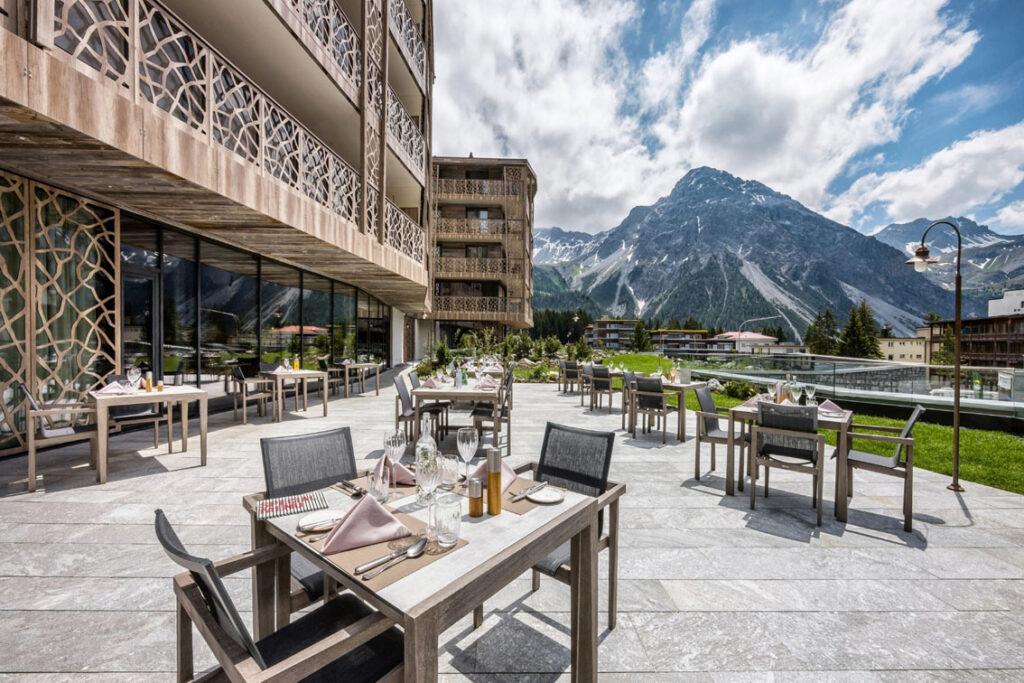 Zdjęcie 2 | Hotel Valsana/Urs Homberger Hotel zachwyca gości designem łączącym elementy z drewna, kamienia i szkła oraz niepowtarzalnym widokiem na górskie szczyty.
