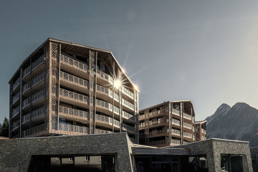 Zdjęcie 1 | Hotel Valsana/Urs Homberger Działający od 2017 roku Valsana Hotel & Apartments oferuje gościom nowoczesne pokoje i apartamenty w trzech budynkach. Przy budowie obiektu szczególny nacisk położono na technologie zgodne z zasadami zrównoważonego rozwoju i przyszłościową koncepcję energetyczną.