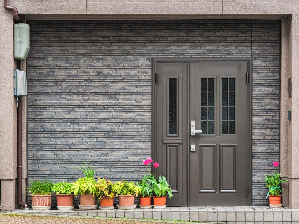jak wybrac drzwi wejsciowe zewnetrzne do domu w stylu klasycznym 1024x768 - Jak wybrać drzwi wejściowe zewnętrzne do domu w stylu klasycznym?