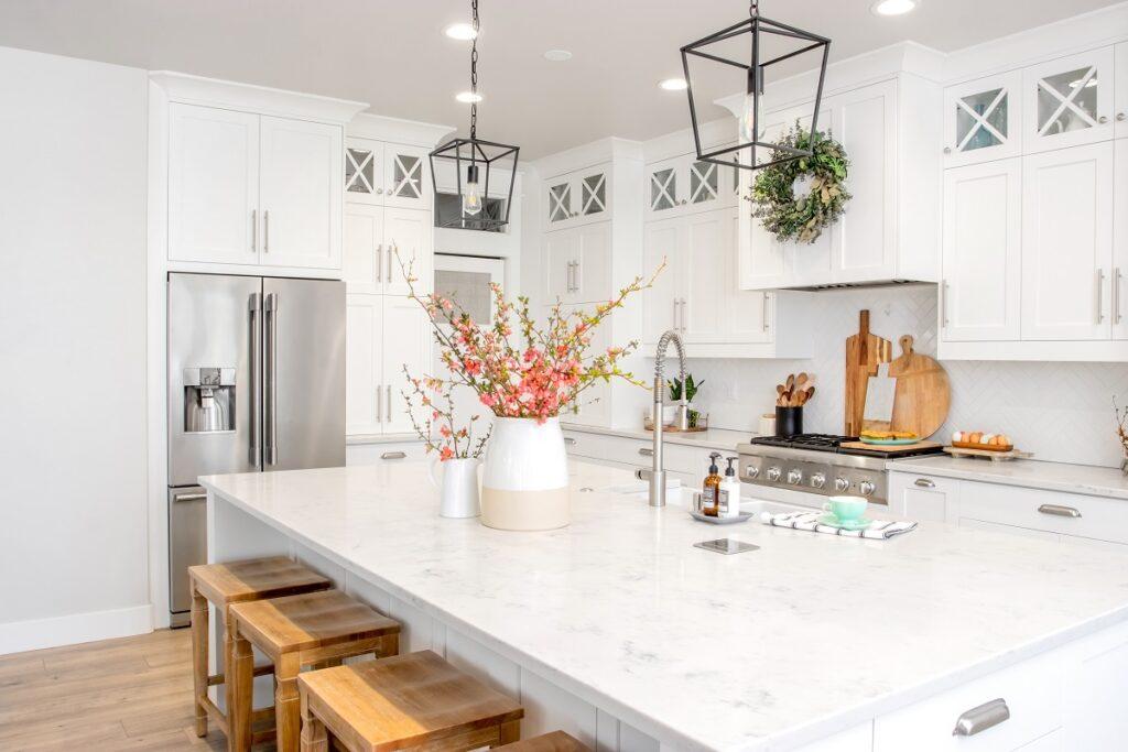 kuchnia 1024x683 - Płytki do kuchni - najpiękniejsze propozycje. Jaka podłoga do białej kuchni z drewnianym blatem?