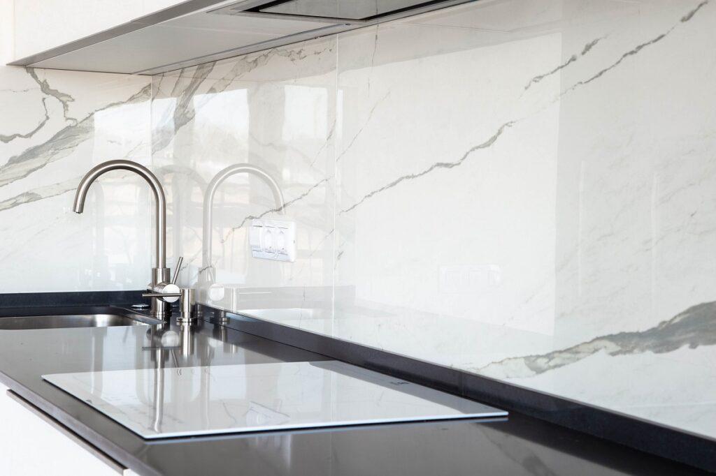 marmurnadblatem 1024x682 - Płytki do kuchni - najpiękniejsze propozycje. Jaka podłoga do białej kuchni z drewnianym blatem?