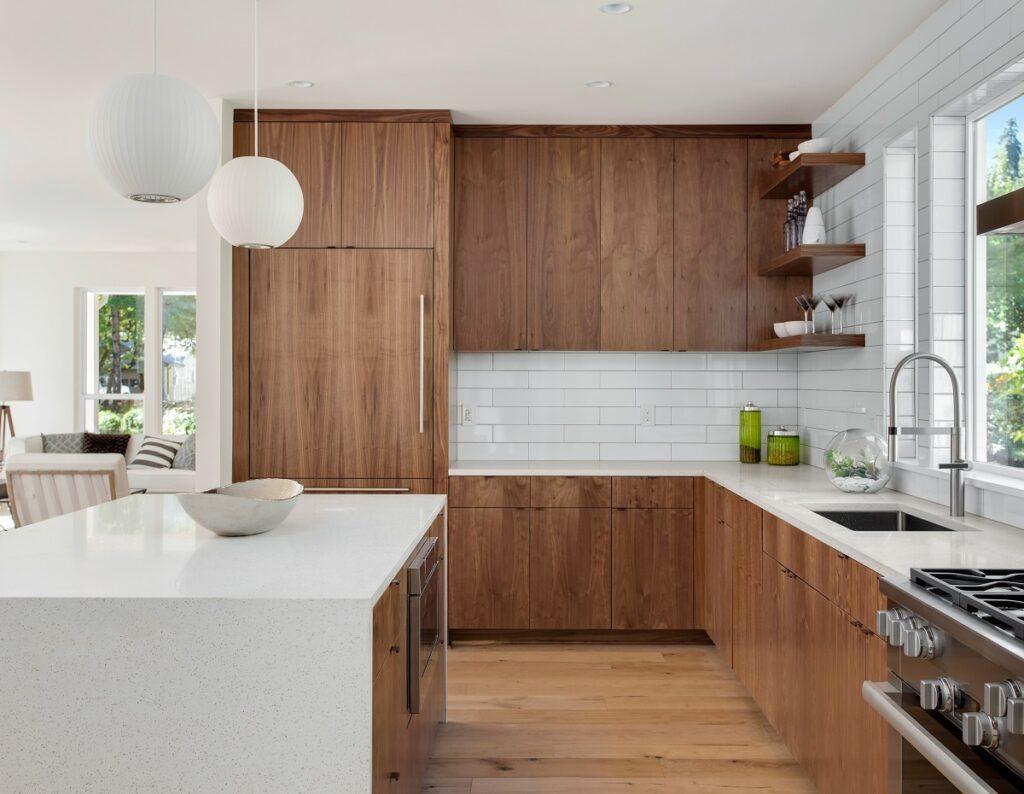 nowoczene plytki kuchenne 1024x794 - Płytki do kuchni - najpiękniejsze propozycje. Jaka podłoga do białej kuchni z drewnianym blatem?