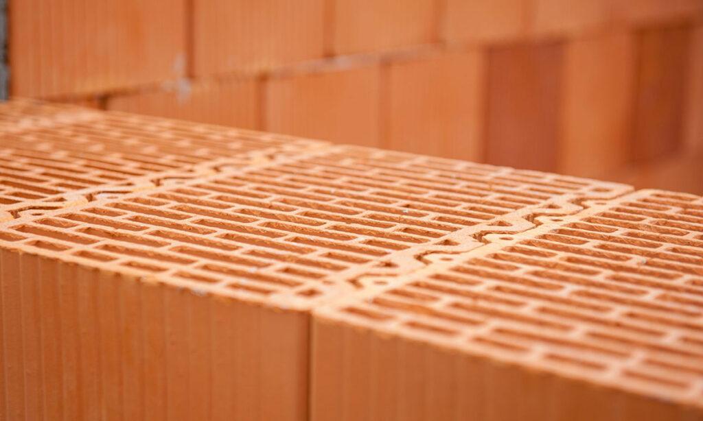 zastosowanie i wlasciwosci pustakow z ceramiki poryzowanej1 1024x614 - Zastosowanie i właściwości pustaków z ceramiki poryzowanej
